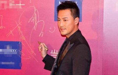 明星签名墙摆拍 刘烨憨厚可爱