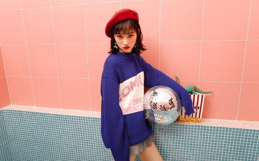 近日,黄灿灿曝光了一组全新初秋写真,蓝色卫衣搭配千鸟格短裙的混搭方式,时尚前卫,个性十足,红色画家帽和粉嫩的少女妆容可爱中不失文艺清新气息,少女心满满。