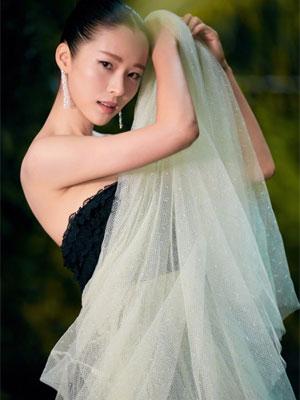 江一燕穿抹胸礼服白纱裙露美背似仙女